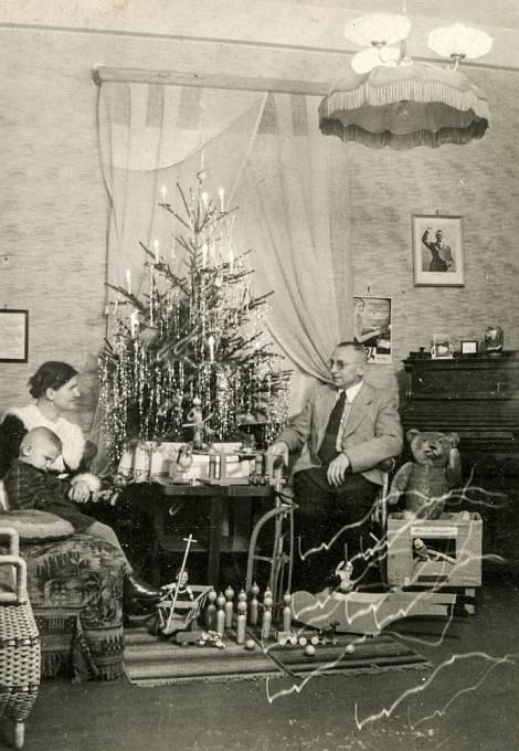 Německá rodina slaví Vánoce s portrétem Hitlera na stěně.