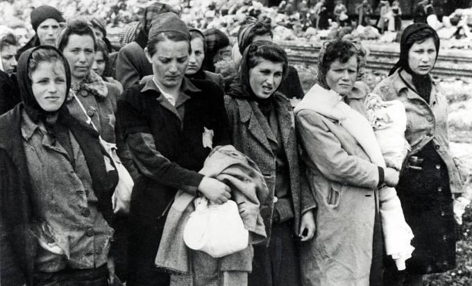 Ženy a dívky v koncentračních táborech trpěly nedostatkem hygieny.