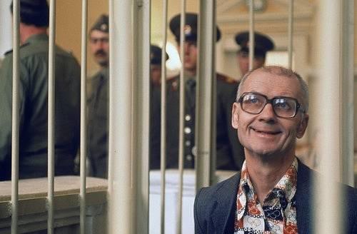 Během soudu byl Čikatilo zamknutý v kleci