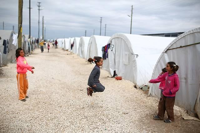 Přibližně 11 kilometrů od hranice své rodné země žijí stovky tisíc syrských uprchlíků