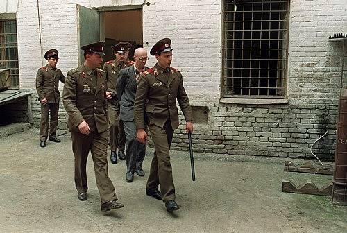 Andrej Čikatilo je veden místními milicemi v ruském Rostově 21. dubna 1992