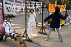 Demonstranti protestují proti praktikám čínské policie.