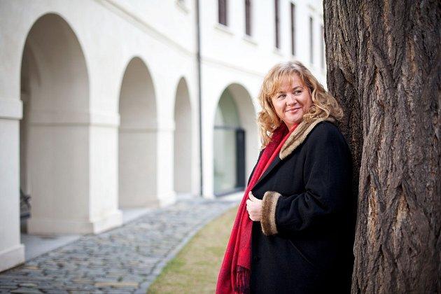 Vystudovala pedagogickou fakultu – obor čeština a hudební výchova a jako učitelka funguje dodnes