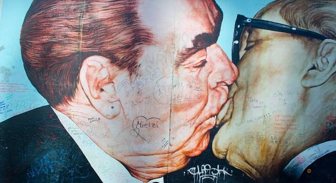 Brežněv líbá východoněmeckého generálního tajemníka komunistické strany  Ericha Honeckera