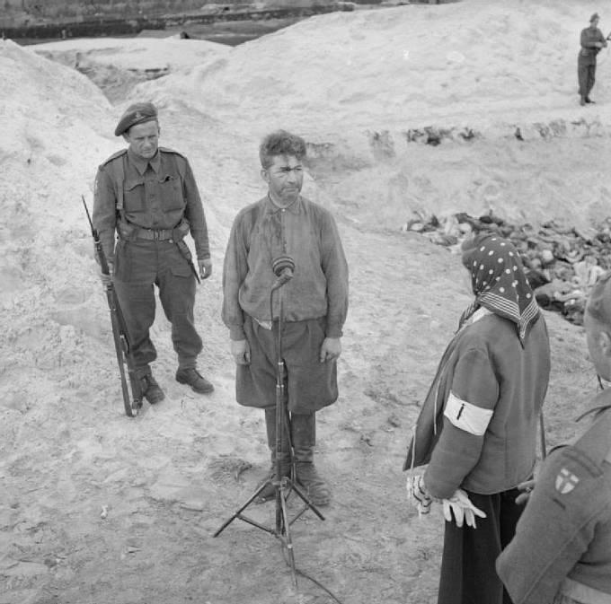 Fritz Klein byl nacistický lékař v koncentračních táborech Osvětim a Bergen-Belsen. Fotografie z dubna 1945 u hromadného hrobu některých z jeho obětí.