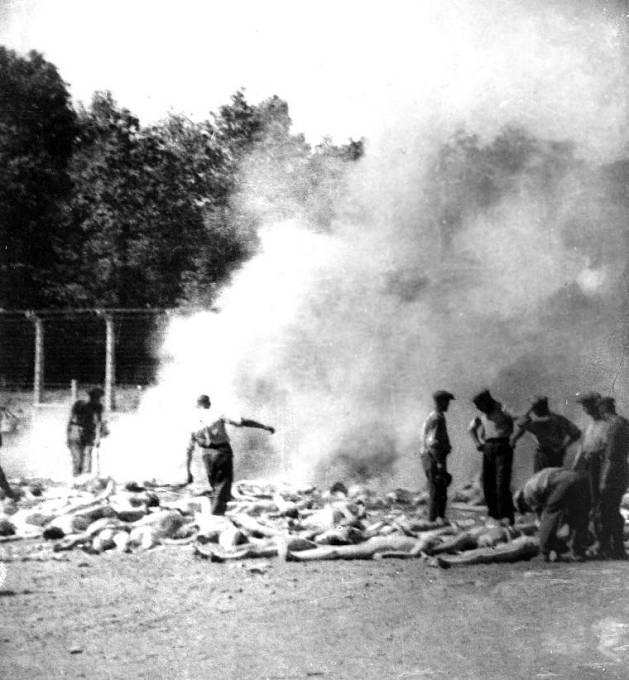 Členové Sonderkommanda pálí těla obětí.