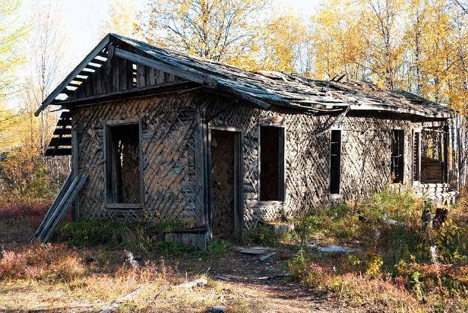 V těchto chatrčích spali vězni, zatímco venku teploty sahaly k -50°C.