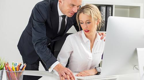 Ženatý šéf ji svým chováním dost překvapil.