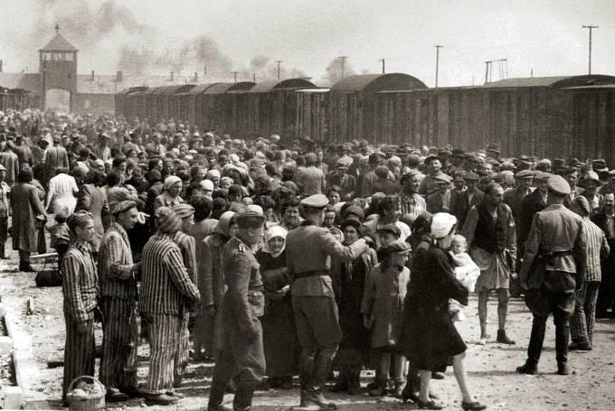 Osvětim-Březinka, rok 1944, selekce nově přijíždějících vězňů.