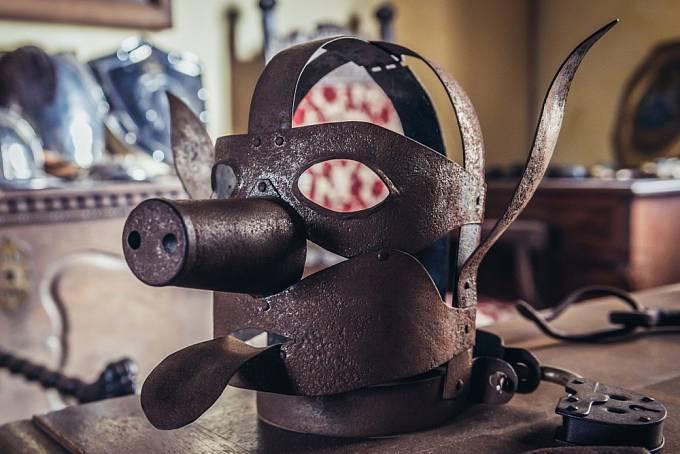 Železné masky měly oběť hlavně ponížit.