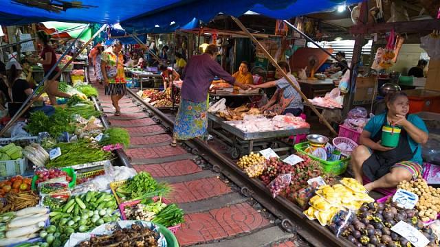 Na první pohled vypadá jako běžný thajský trh, který je plný čerstvých potravin od ovoce, zeleniny, mořských plodů
