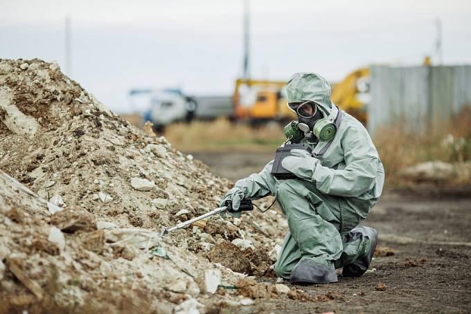 Voják měří radiaci v Černobylu