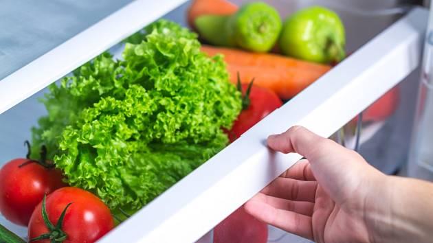 Zatímco salát do lednice patří, rajčata nikoli.