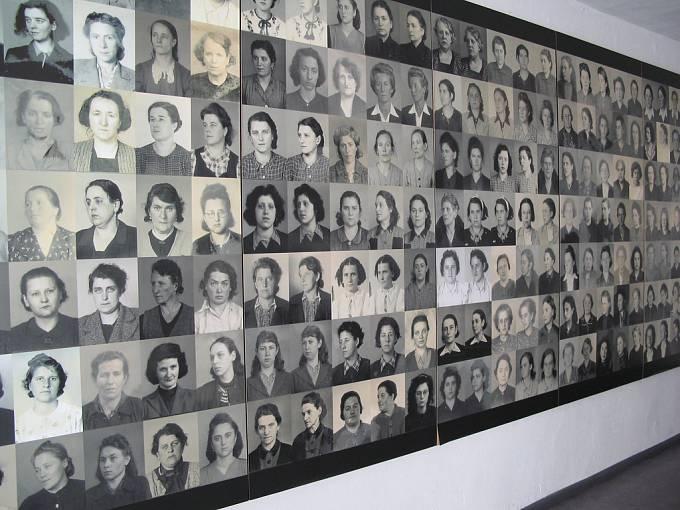 Koncentrační tábor Ravensbrück, fotografie některých z tisíců obětí.