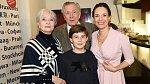 Carmen Mayerová s manželem, dcerou a vnukem