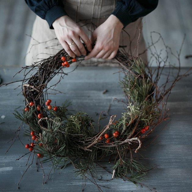 Bude letos vaším favoritem tradiční věnec z chvojí a přírodních ozdob, nebo modernější proutěný?