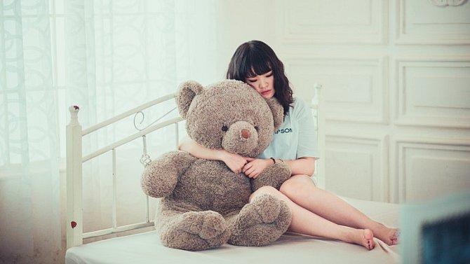 Zůstat sama na tři děti stojí dost sil