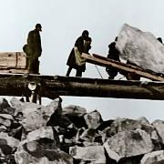 Při drsné práci v sovětských táborech umíraly tisíce lidí.