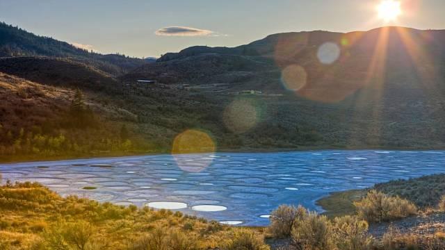 Jelikož jezero nemá odtok a je naplňováno vodou z okolních hor, až při intenzivním odpařování se pozná, jak je půda z kopců bohatá na minerály