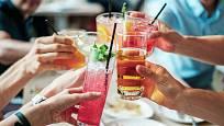 Přes léto máme tendenci pít.