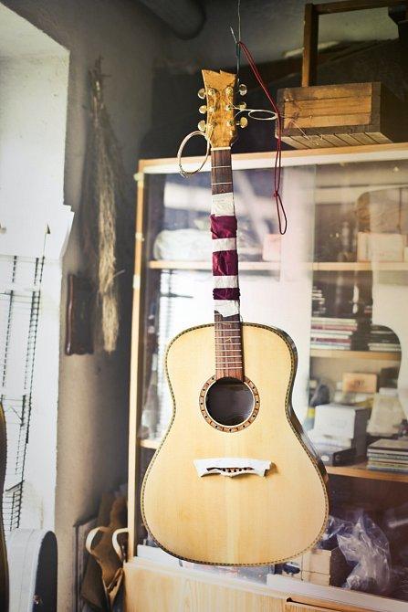 Fotografie, kytara a smuteční oznámení jsou zcela nevinné