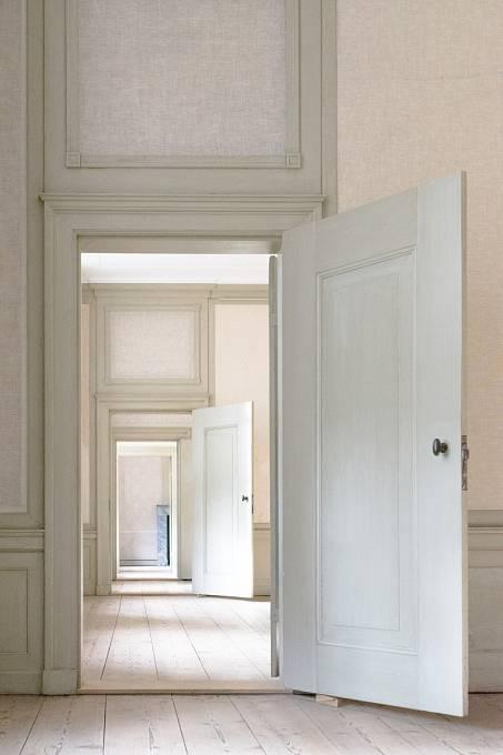 Samotný akt projití dveřmi může být pro mozek signálem, že přichází něco nového.