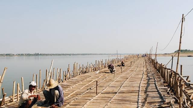 Bambusový most patří mezi jejich srdcovou záležitost především díky tomu, že umění konstrukce se dědí z generace na generaci
