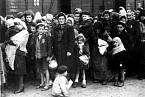 Transport židovských dětí a žen do koncentračního tábora Osvětim.