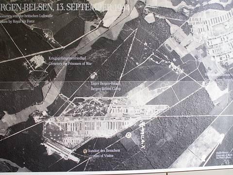 Fotografie leteckého snímku koncentračního tábora Bergen-Belsen.