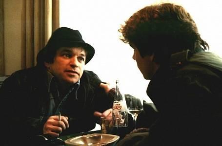 Film Bony a klid je příběh naivního mladíka, který se z maloměsta vydá do Prahy