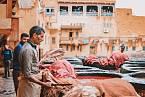 Tradiční postup koželužství se dodnes drží v Maroku.