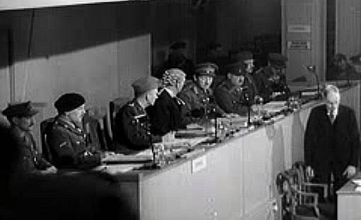 První soudní proces s německými válečnými zločinci z Ravensbrücku v Hamburku.
