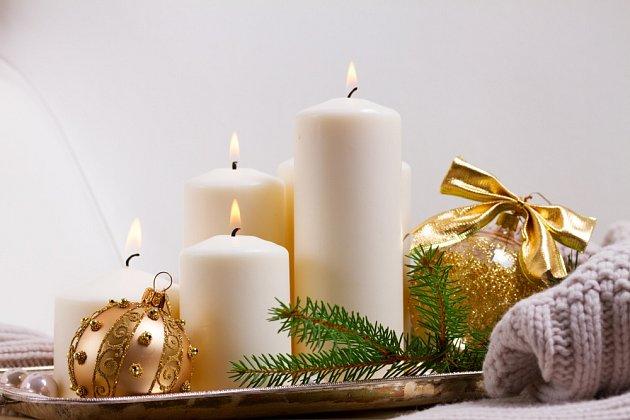 Kvýrobě adventního aranžmá můžete využít třeba sváteční podnos nebo talíř.