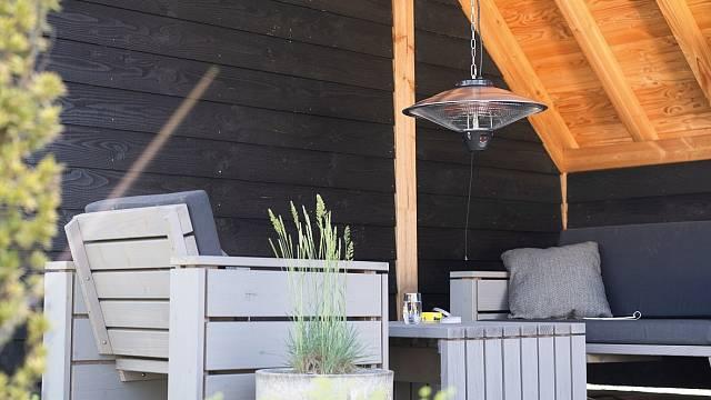 Terasový zářič dokáže zpříjemnit posezení i v podzimním počasí.