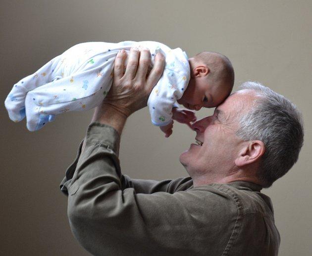 Rodiče se snaží péči o dítě zvládat.