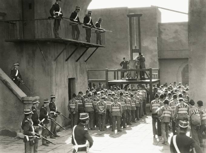 Popravy se v 19. století přesunuly za zdi věznic.