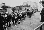 Děti z lodžského ghetta směřují do transportu do vyhlazovacího tábora.