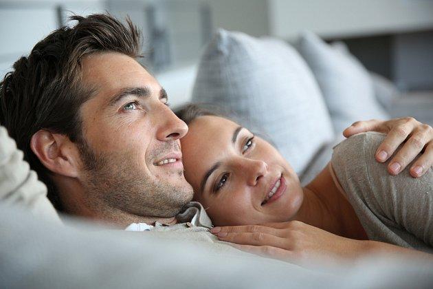 Čerstvě zamilovaná zjistila, že je těhotná s bývalým přítelem.