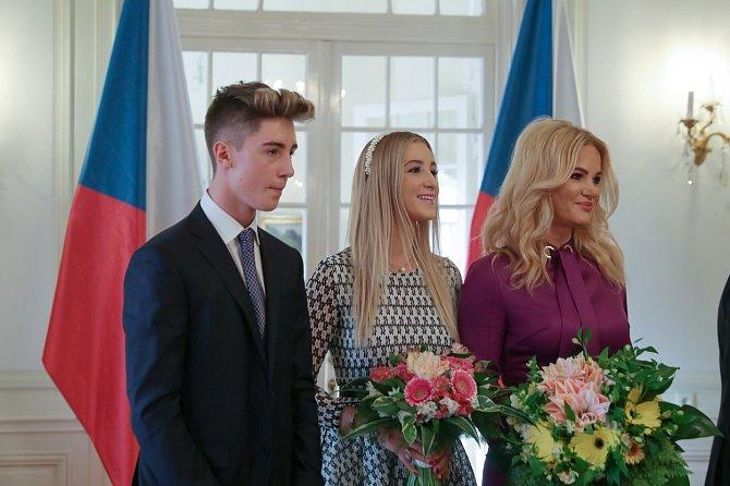 Vivien Babišová (na snímku s matkou a bratrem Frederikem) svému otci poskytuje cenné rady.