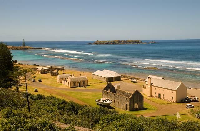Původní obyvatelé byli trestanci, vystěhovalci a vzbouřenci z lodi Bounty