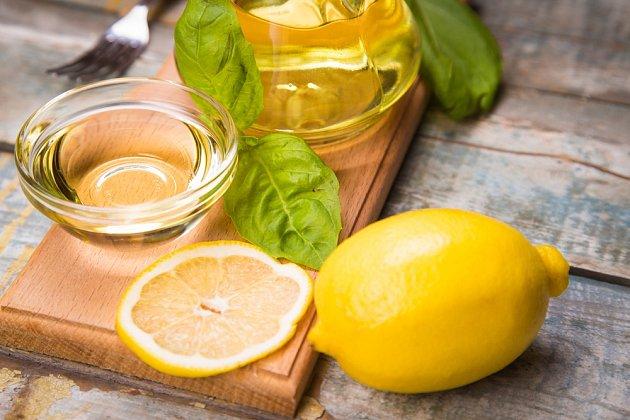 Kombinace olivového oleje a citronu má řadu pozitivních účinků na lidské zdraví.