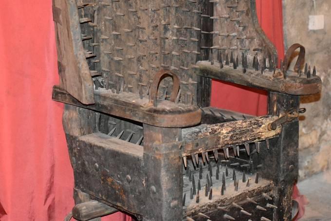 Na podobném principu jako železná panna měla fungovat také železná židle.