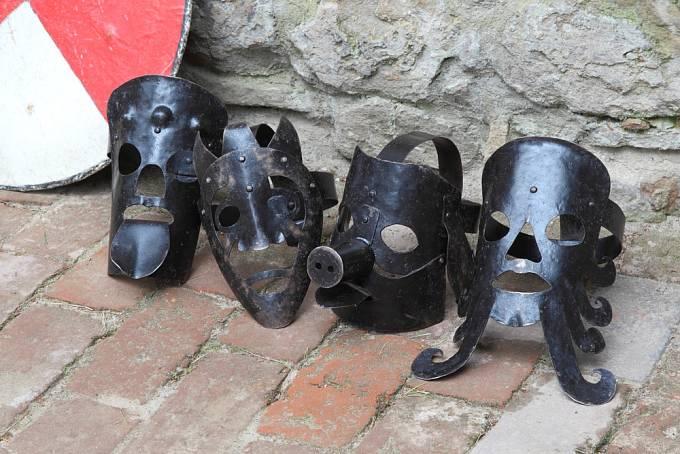Železné masky se nasazovaly hlavně klevetivým a neposlušným ženám.