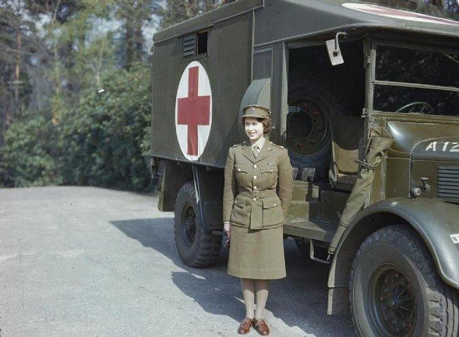 Alžběta II. ve vojenské uniformě