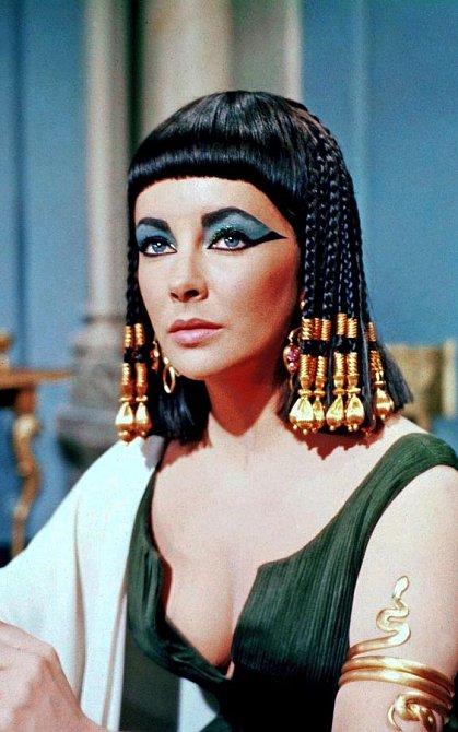 Elizabeth Taylor jako Kleopatra
