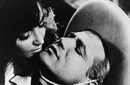 Parodie na westernové filmy, která ale předčila mnohé snímky tohoto žánru