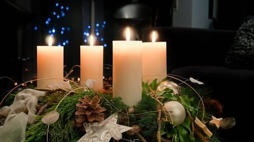 Čtyři hořící svíce charakterizují uzavření kruhu, tedy adventu, a příchod Vánoc.