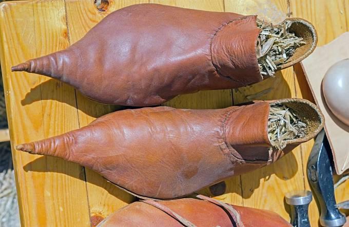 Prodloužená špička boty vyjadřovala vyšší sociální postavení.