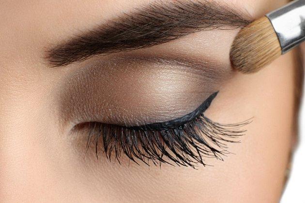 Oční stíny volte spíš matnější než perleťové.