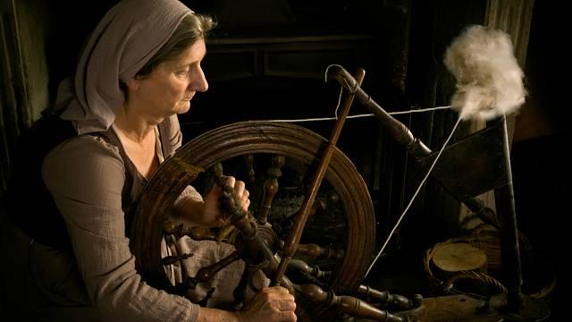 Tradiční představa velí, že středověká žena neměla žádná práva a byla výhradně podřízena muži.
